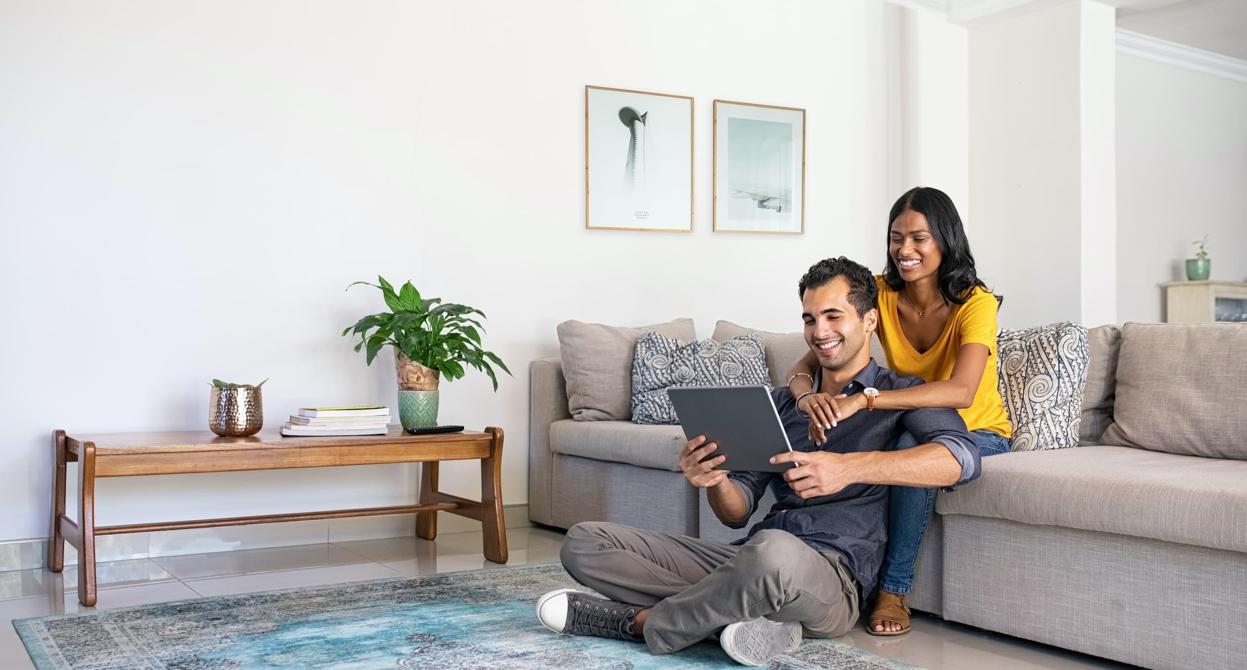 Couple qui regarde une tablette
